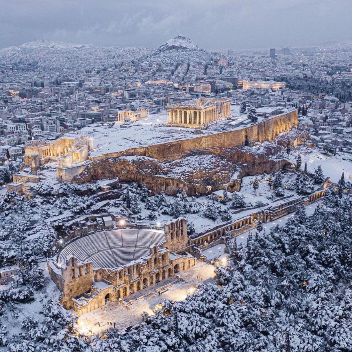 Thành cổ Acropolis và Đền Parthenon chìm trong tuyết trắng, trái với hình ảnh thường thấy tại một quốc gia nổi tiếng có tới 300 ngày nắng ấm.