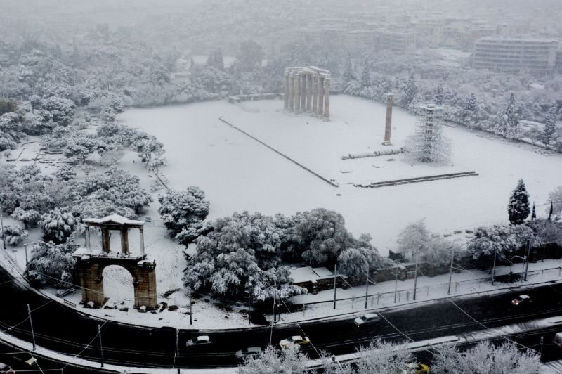 Tuyết phủ trên đền Zeus cổ và Khải hoàn môn cổ Hadrian tại Athens.