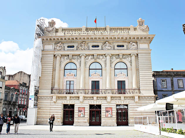 Quảng trường biểu tượng của trị trấn đối diện Nhà hát quốc gia - Teatro Nacional de S. João
