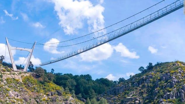 Với độ cao 516 mét (1.692 feet), Arouca 516 của Bồ Đào Nha là cây cầu treo dành cho người đi bộ dài nhất thế giới. Ảnh: CNN